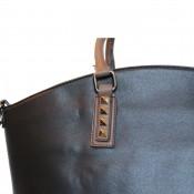 Sac à main cabas noir et marron à clous avec pochette assortie