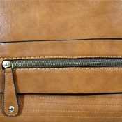 Sac à main rectangulaire camel très original avec détails dorés, multiples rangements zippés et surpiqures