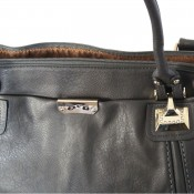 Sac à main gris classique en simili-cuir avec surpiqures et forme originale