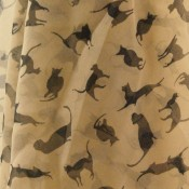 Foulard beige avec imprimé chats noirs très original