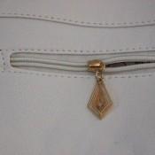 Petit sac à main blanc en simili-cuir avec dentelle brodée et détails dorés