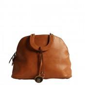 Sac à main marron forme petit bagage avec pendentif doré