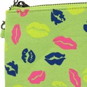 Pochette de soirée verte à imprimés lèvres bisous multicolores