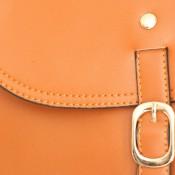 Petite besace sacoche camel en simili-cuir mat à fermeture originale