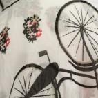 Foulard blanc en coton et soie à imprimés vélo bicyclette et paniers à fleurs