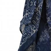 Foulard bleu avec imprimés blancs, très originaux, fleurs et ornements, baroques