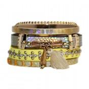 Bracelet en cuir à dominante jaune avec multiples bracelets, pompon, motifs dorés et fermoir à aimant
