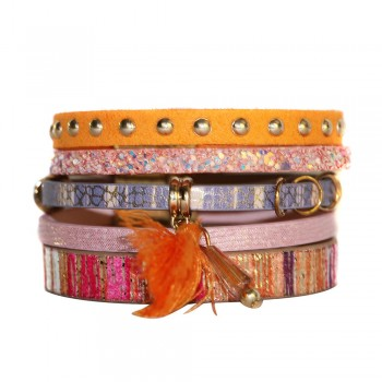 Bracelet en cuir à dominante orange rose avec 5 bracelets, pompon, motifs dorés, croco mosaique, strass et fermoir à aimant