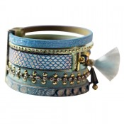 Bracelet en cuir à dominante bleu avec multiples bracelets, pompon, motifs dorés et fermoir à aimant