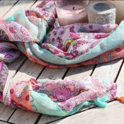 foulard-multicolore-pompons-baroque